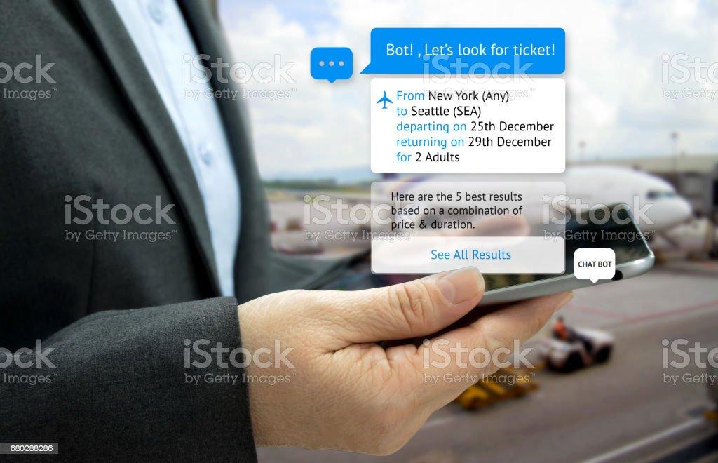 Chat bot et le concept de marketing futur. Tablette de portefeuille client main chercher des billets et popup sur l'écran de la tablette avec écran de message automatique chatbot, fond de l'aéroport - Photo