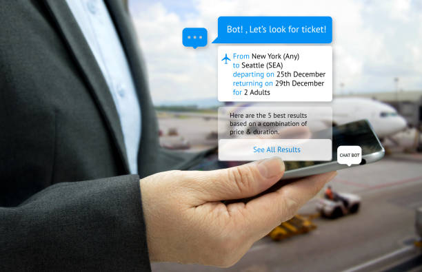 chat bot et le concept de marketing futur. tablette de portefeuille client main chercher des billets et popup sur l'écran de la tablette avec écran de message automatique chatbot, fond de l'aéroport - chatbot photos et images de collection