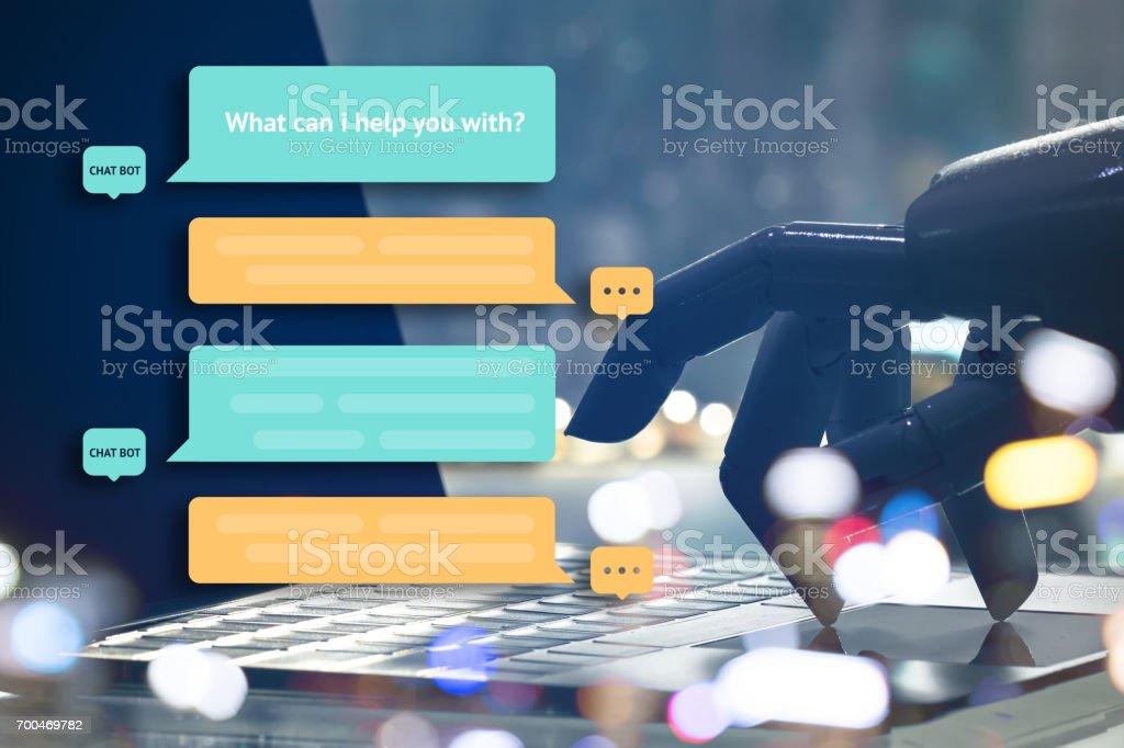 Chat bot y concepto de la comercialización futura. Dedos de robot punto botón portátil con popup mensaje automático. - Foto de stock de Automático libre de derechos