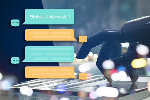 Chat Bot Y Concepto De La Comercialización Futura Dedos De Robot Punto Botón Portátil Con Popup Mensaje Automático Foto de stock y más banco de imágenes de Automático