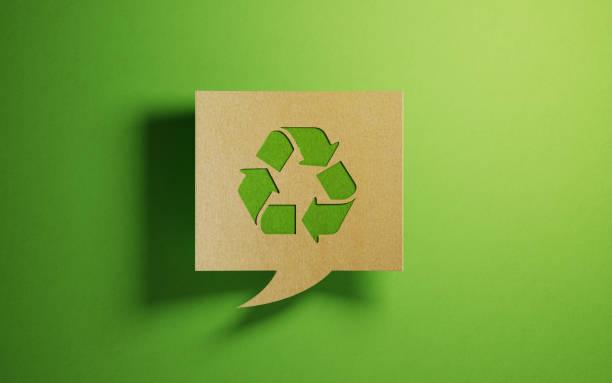 Chat-Blase aus Recyclingpapier auf Grünfläche – Foto