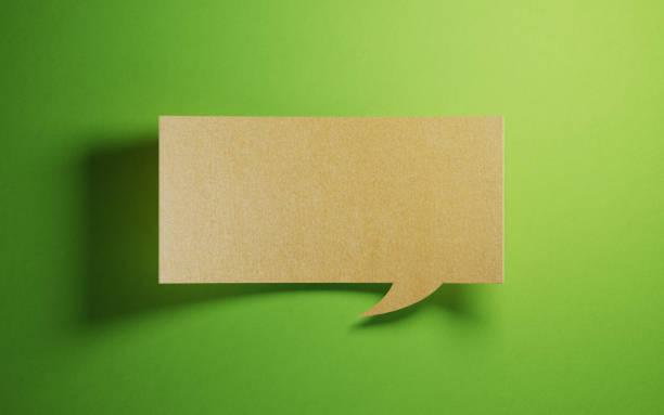 Chat-Blase aus Recyclingpapier auf grünem Hintergrund – Foto