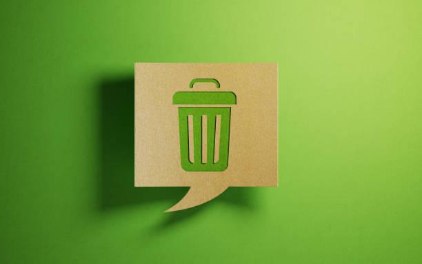 chat bubble made of recycled paper on green background - karton zbiornik zdjęcia i obrazy z banku zdjęć