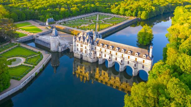 château de chenonceau est un château français enjambant le cher près du village de chenonceaux, vallée de la loire, france - france photos et images de collection