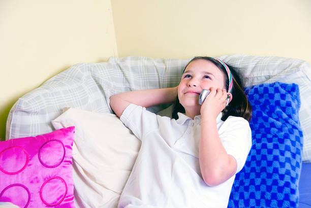 telefonieren - lila teenschlafzimmer stock-fotos und bilder