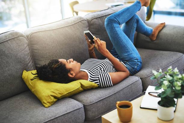 kanepede sohbet - yatmak stok fotoğraflar ve resimler