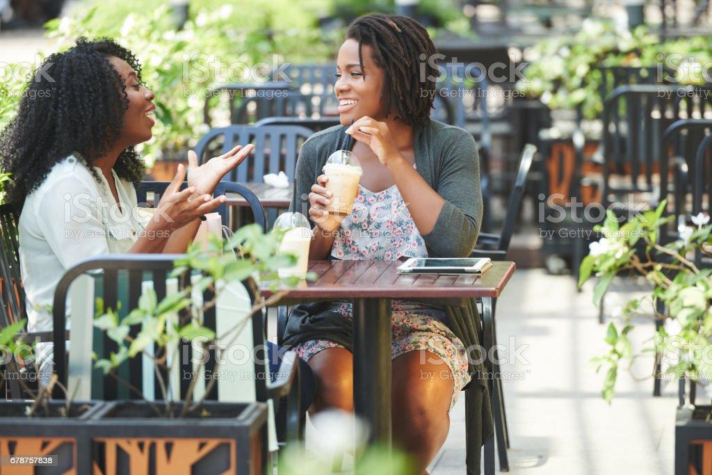 Discuter avec un ami photo libre de droits