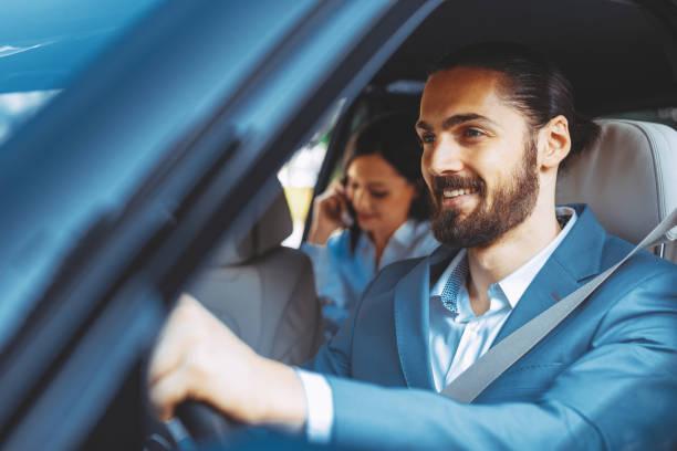 Angetriebene Limousine Chauffeur mit der Business-Frau auf dem Rücksitz – Foto