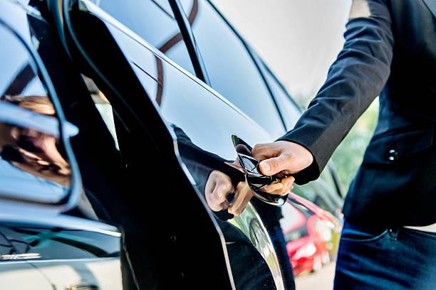 abrir porta de carro com motorista - maçaneta manivela - fotografias e filmes do acervo