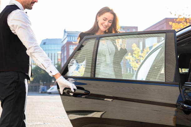 Chauffeur Opening Door für Geschäftsfrau – Foto