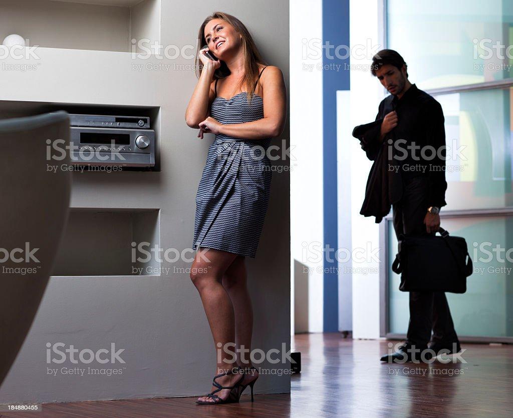 Fremdgehen Frau sprechen auf Ihrem cellphone – Foto