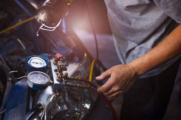 comprobar la recarga de refrigerante del sistema de aire acondicionado del coche - compresor motor fotografías e imágenes de stock