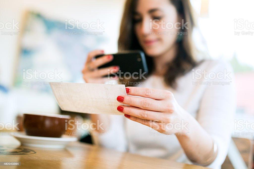 Verifica deposito di acquisizione remota al Cafe - foto stock