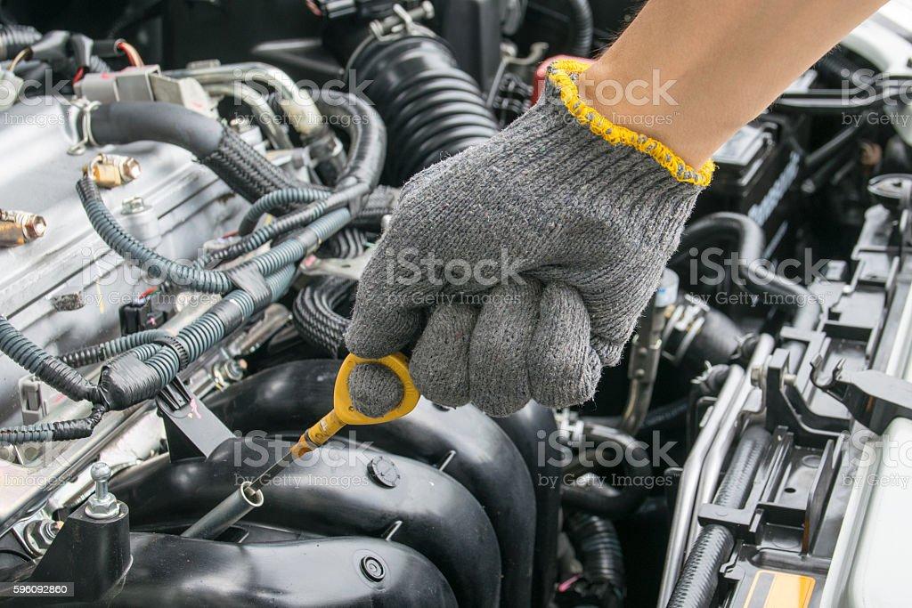 Überprüfen Sie das Öl in Auto-Motor Lizenzfreies stock-foto