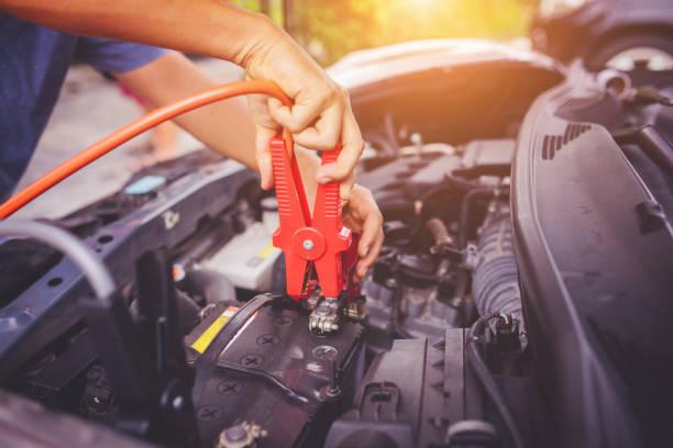 Überprüfen Sie die Spannung Ebene Autobatterie. – Foto