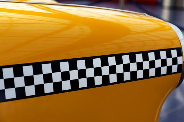 checker-muster eines retro-taxi-auto - eisenstadt austria stock-fotos und bilder