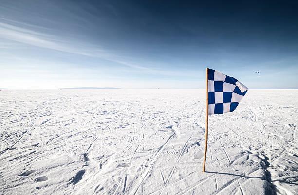 zielflagge finish line - skirennen stock-fotos und bilder