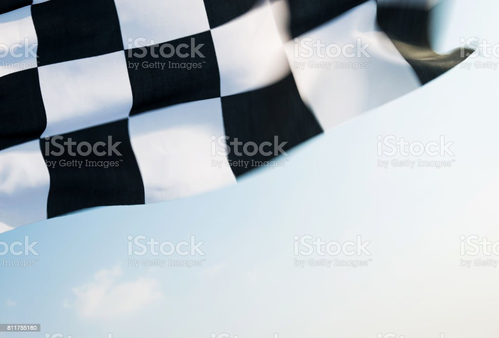 Bandera a cuadros volando sobre cielo azul - foto de stock
