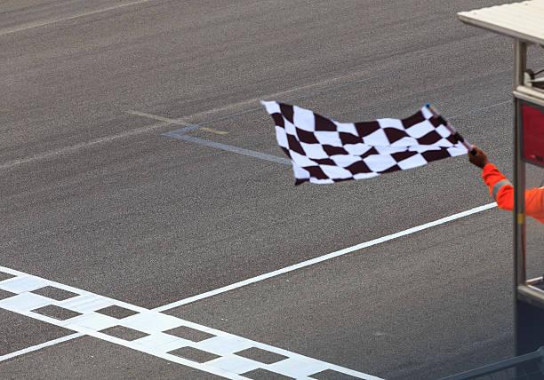 zielflagge winkt - autosport stock-fotos und bilder