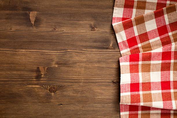 Cтоковое фото Клетчатой салфетка на правой стороне деревянном фоне