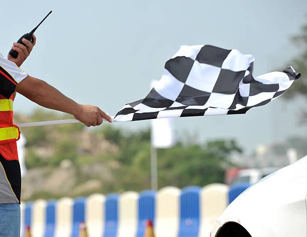 drapeau à damier racing - homme faire coucou voiture photos et images de collection