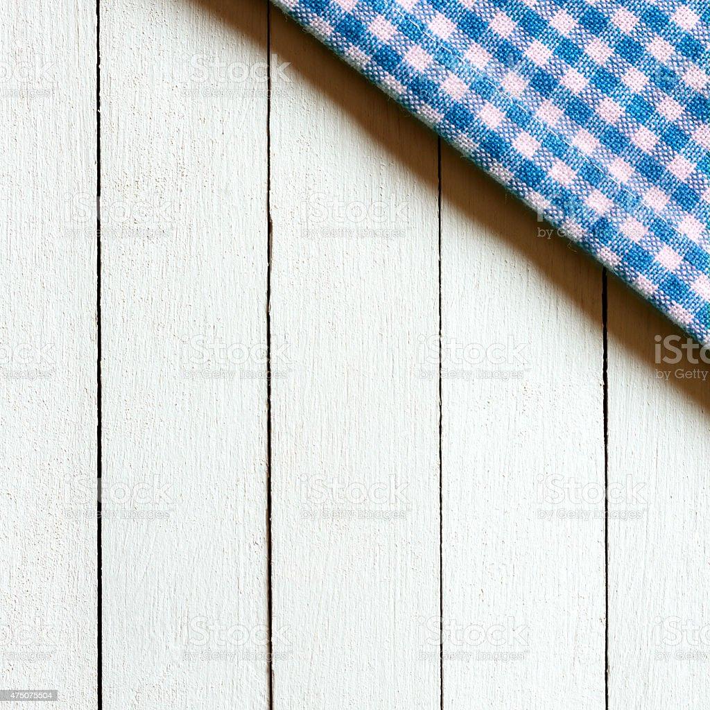 나무 배경의 바둑판무늬 식탁보 - 스톡 사진  iStock