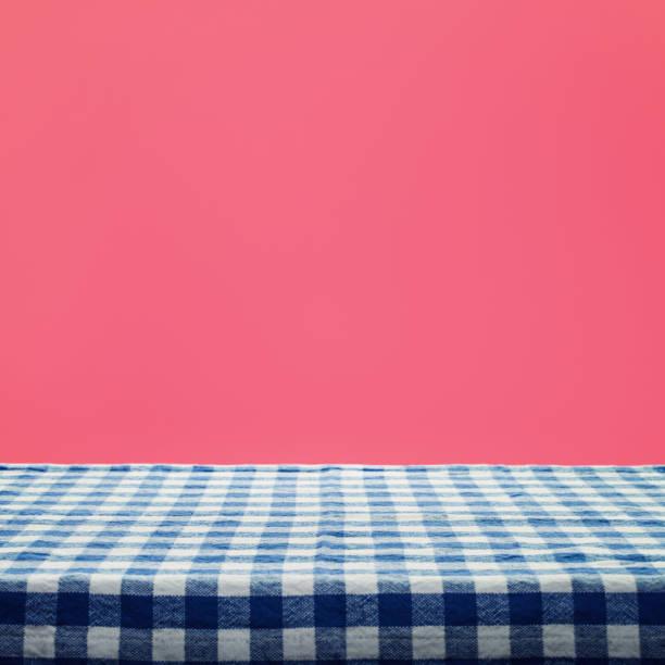 karierte tischdecke textur draufsicht auf farbigem hintergrund. - roten küchentische stock-fotos und bilder