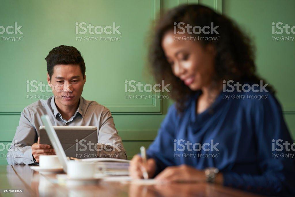 Verificar os e-mails no tablet digital - foto de acervo