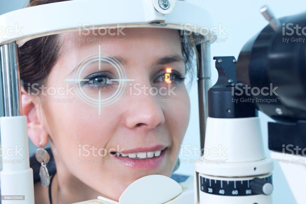 Überprüfung der Sehkraft in einer Klinik der Zukunft – Foto