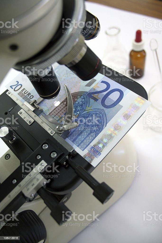 Suche nach falsche euro banknote mit einem Mikroskop – Foto