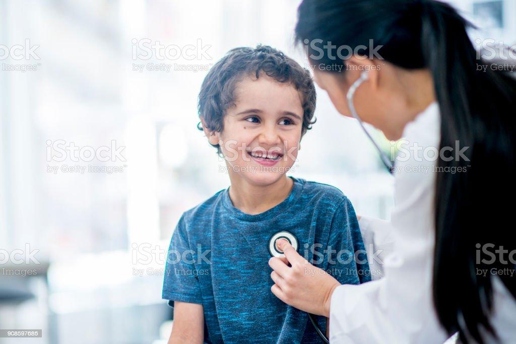 Verificando seu batimento cardíaco - foto de acervo