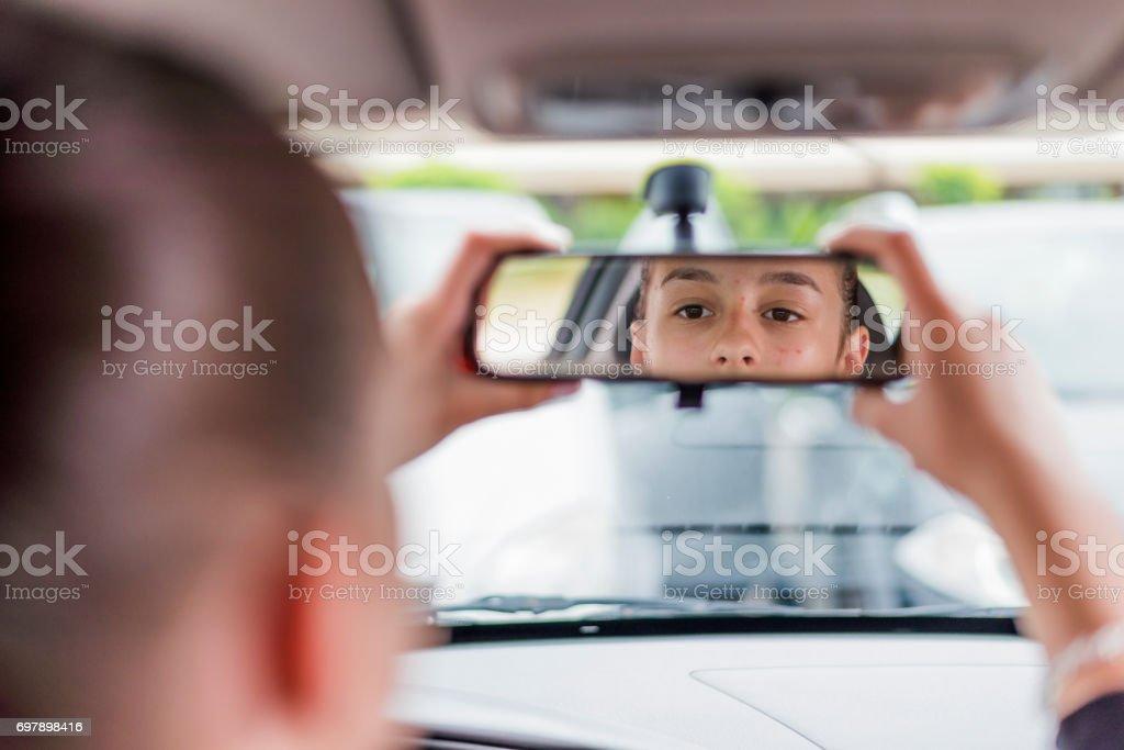 Verificando seu reflexo - foto de acervo