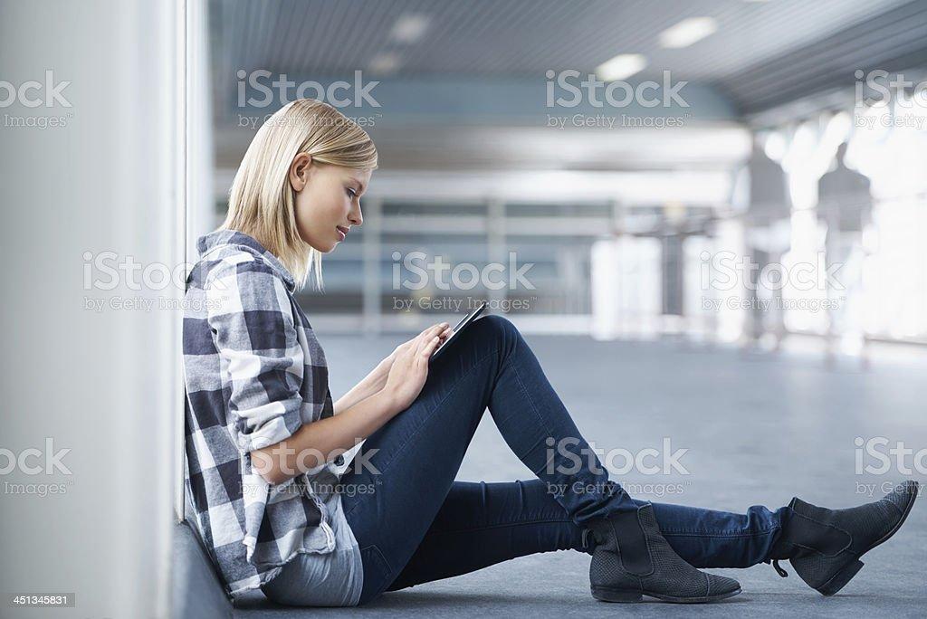 Vérifiant son programme en ligne - Photo