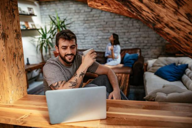 überprüfung seiner e-mails - kaffeetasse tattoo stock-fotos und bilder