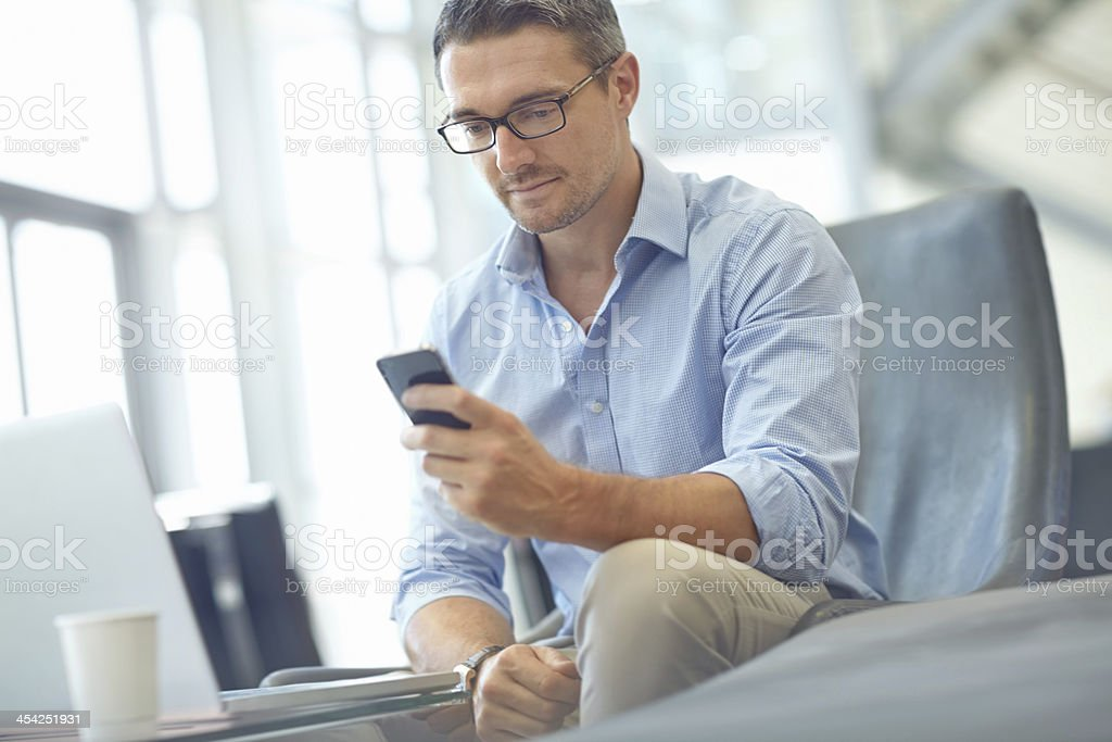 Überprüfung seiner E-Mails per smartphone. - Lizenzfrei Arbeiten Stock-Foto
