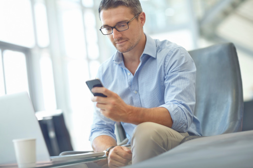 Überprüfung Seiner Emails Per Smartphone Stockfoto und mehr Bilder von Arbeiten
