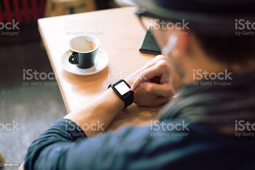 Überprüfung seiner smash-television show - Lizenzfrei Smartwatch Stock-Foto