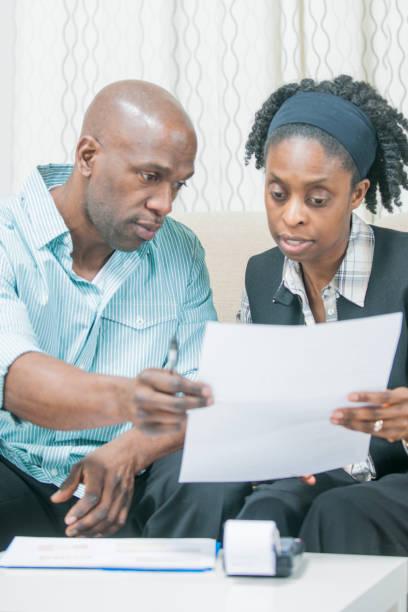 überprüfung der papiere - frisch verheirateten beratung stock-fotos und bilder