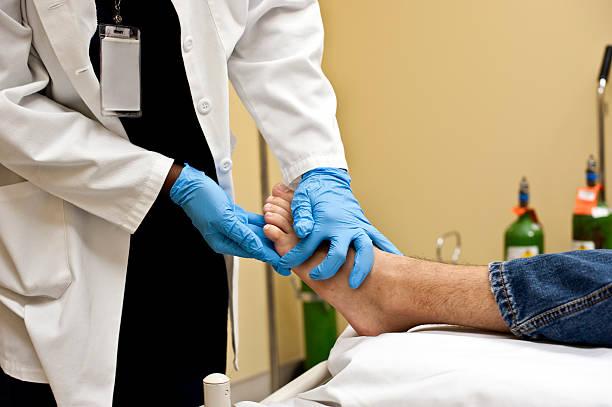 sprawdzanie pacjenta stopy - stopa zdjęcia i obrazy z banku zdjęć