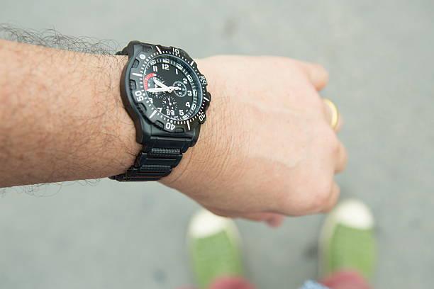 auf die uhr sehen - q q armbanduhr stock-fotos und bilder