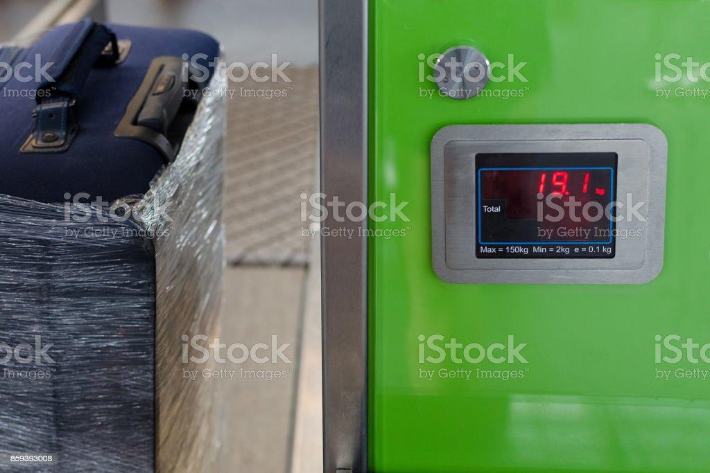 Überprüfung des Gewichts des Gepäcks am Flughafen – Foto