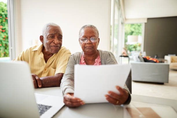 Überprüfen ihrer monatlichen Rechnungen – Foto