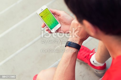 istock Checking your Fitbit-App in German 584212560
