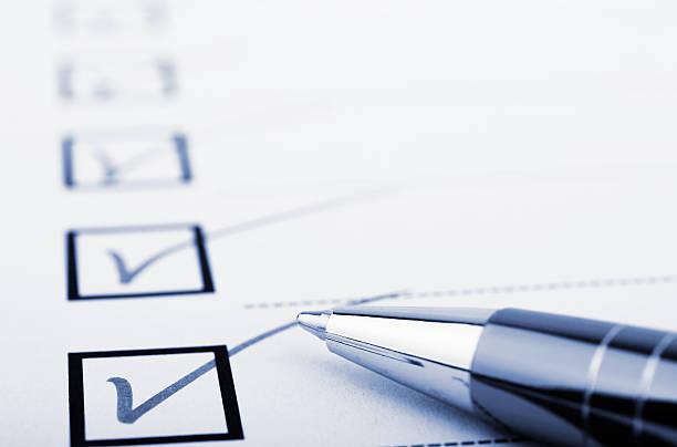 checkliste und stift - checkliste stock-fotos und bilder