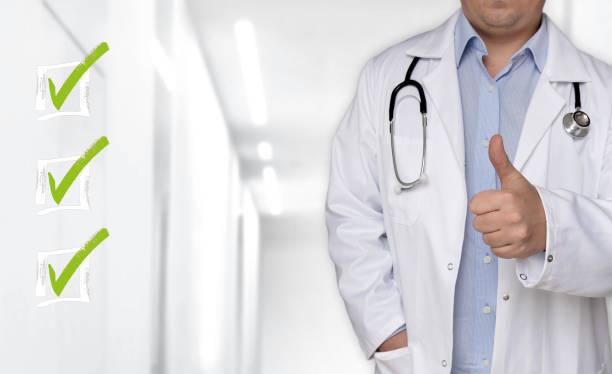 Checkliste Konzept und Arzt mit Daumen nach oben – Foto