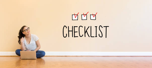 checkliste-text mit jungen frau mit einem laptopcomputer - checkliste stock-fotos und bilder