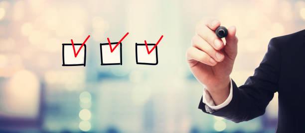 checkliste mit geschäftsmann - checkliste stock-fotos und bilder
