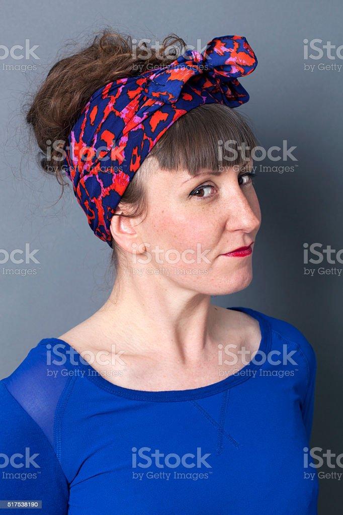 Freche Junge Frau Mit 50er Jahre Frisur Lachelnd Fur Spass Geniessen