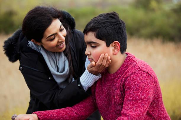 aufjubeln, sohn! - autismus stock-fotos und bilder