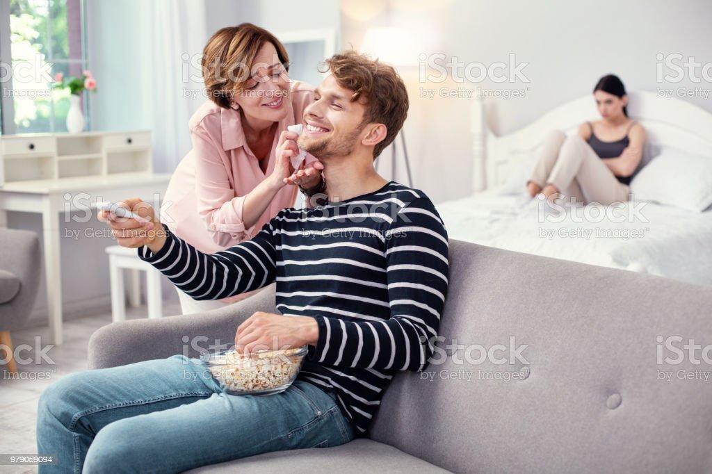 Fröhliche erwachsener Mann einen TV-Kanal wählen – Foto